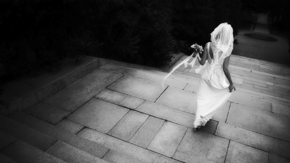 Dept_Weddings_BrideStepBW